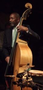 Ron Carter, een Jazzbassist die speelt op een contrabas